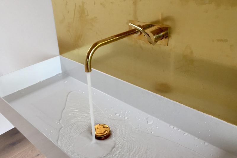 Badeværelsesvask med armatur i messing