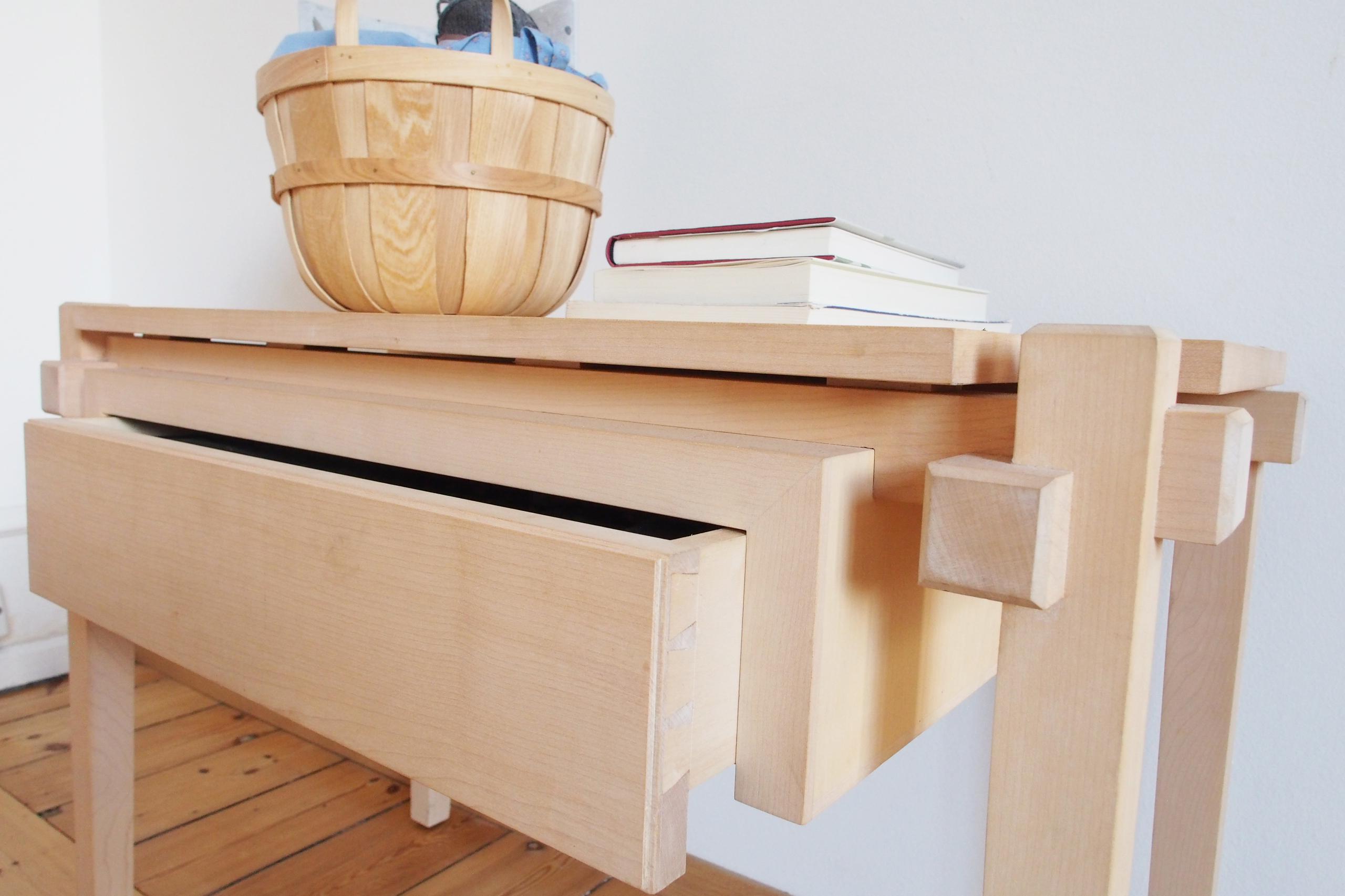 Stuebord med åben skuffe
